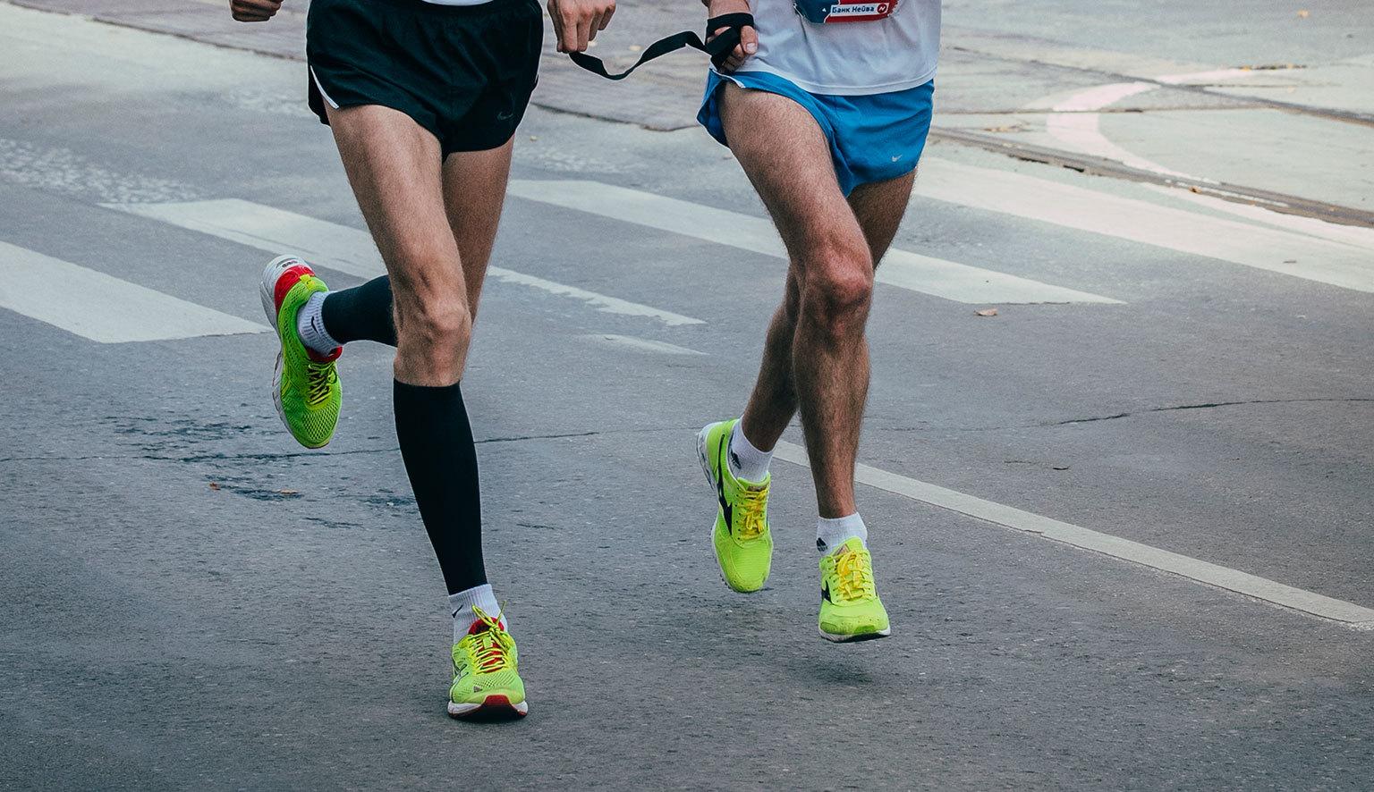 信任之繩牽起視障跑者與陪跑員
